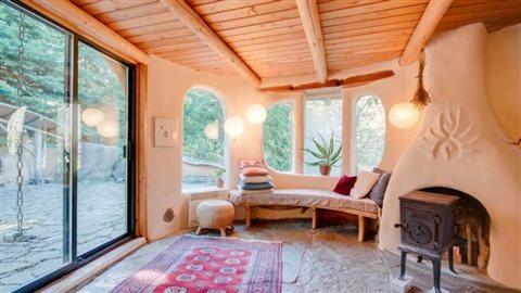La maison, faite de bois et de torchis, est décorée avec soin.