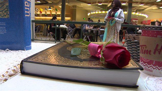 Des phrases du Coran étaient attachées aux roses