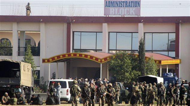 Des militaires pakistanais sur le campus de l'université.
