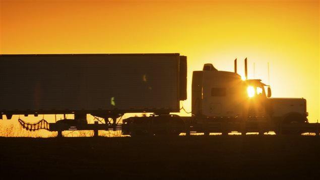 Un camion devant un coucher de soleil