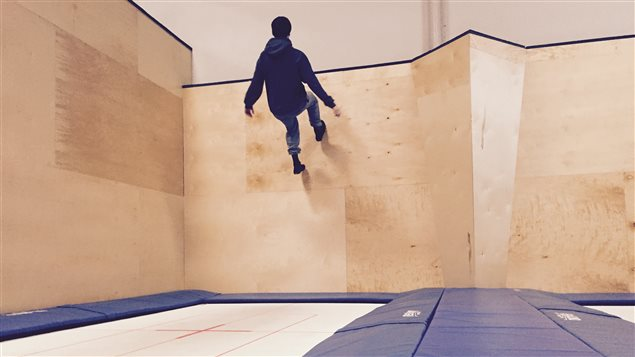 Zachary Vague, un employé du Airhouse, s'amuse avec les murs