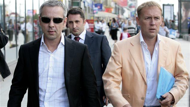 Dmitri Kovtoun (gauche) et Andreï Lougovoï (droite), au terme d'une entrevue accordée à une radio russe en 2007 au sujet de l'affaire Litvinenko.
