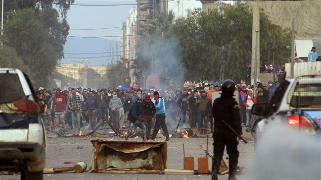 Des manifestants affrontent les forces de l'ordre à Kasserine.