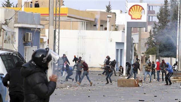 À Ennour, près de Kasserine, des manifestants ont lancé des projectiles en direction des policiers.