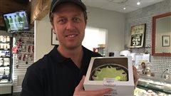 Brad McMullen, propriétaire de l'épicerie Summerhill pose avec une tarte avec une croûte à base de farine de grillons.