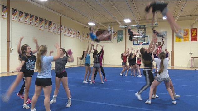 Les jeunes cheerleaders en pleine pratique