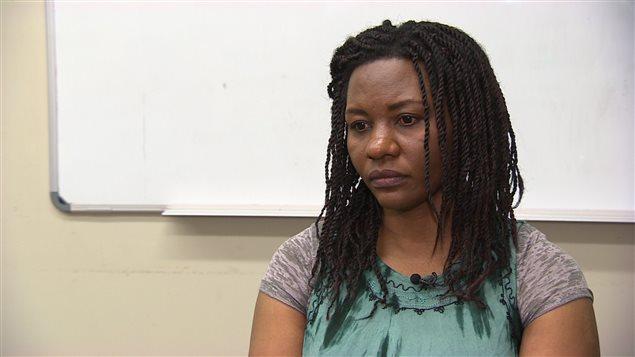 À Winnipeg, la réfugiée congolaise et mère de cinq enfants Maria Musenga devra rembourser un prêt fédéral de 9000 $ avant qu'elle puisse faire venir sa fille de l'Afrique.