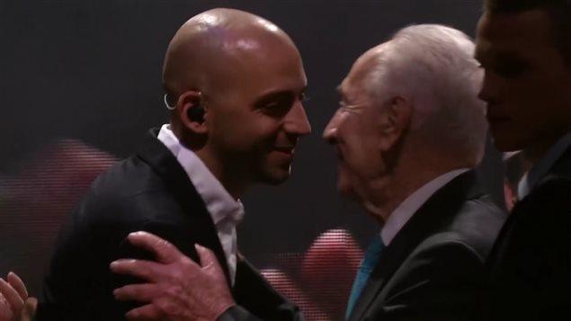 Concert à Tel-Aviv, le 5 février 2015. M. Shimon Peres, 9e président de l'État d'Israël, félicite Idan Raichel : «Un jour viendra ou nous traverserons le temps, passant de la guerre à la paix, et si quelqu'un ne sait pas comment faire, je lui montrerai le pont qu'Idan a construit.»
