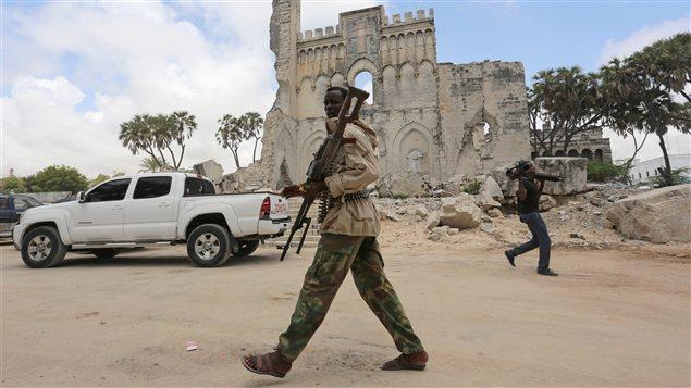 Un soldat patrouille à Mogadiscio en Somalie (archives).