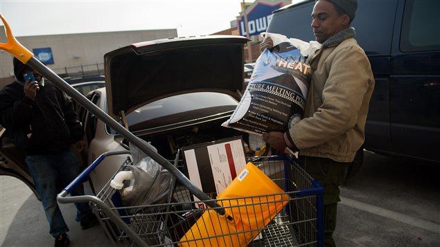 Les gens ont vidé les magasins, pour faire leurs provisions avant l'arrivée de la tempête.