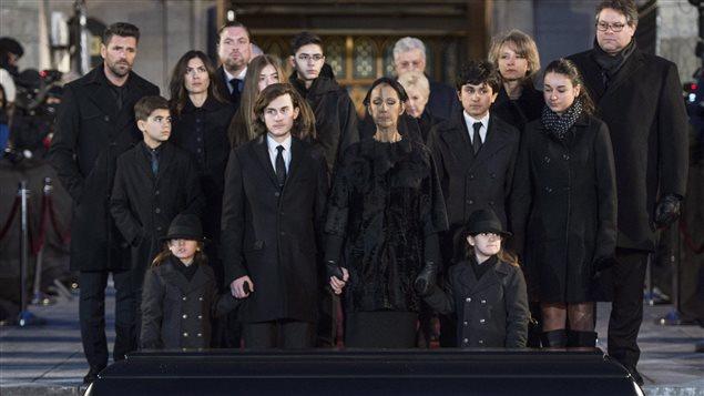 À l'avant-plan, devant le cercueil de René Angélil, Céline Dion et ses fils René-Charles, Eddy et Nelson, et derrière, d'autres membres de la famille Angélil-Dion.