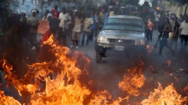 Des pneus en flamme bloquent la circulation à Porte-au-Prince.