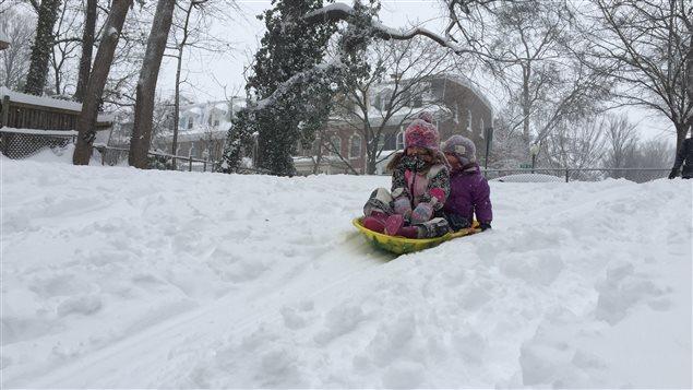 Des enfants s'amusent dans la neige à Washington.