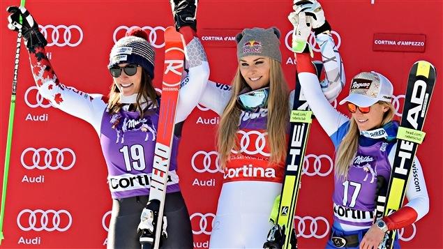 Larisa Yurkiw (à gauche) sur le podium de Cortina d'Ampezzo