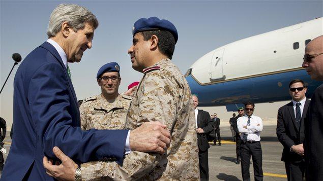 Le secrétaire d'État américain John Kerry salue le personnel militaire saoudien alors qu'il s'apprête à quitter Riyad pour se rendre au Laos. (24 janvier 2016)