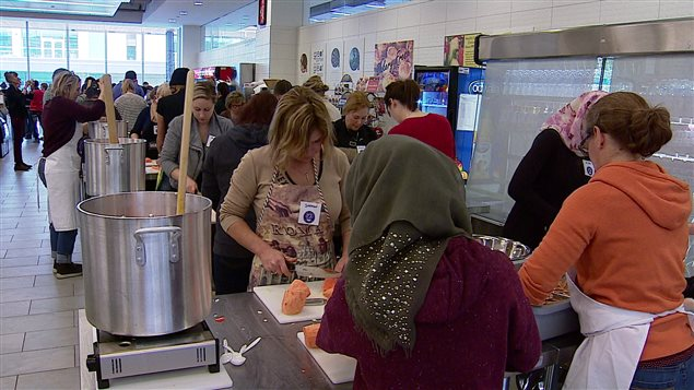 Des bénévoles préparent de la soupe qui sera donnée aux réfugiés syriens de Calgary.