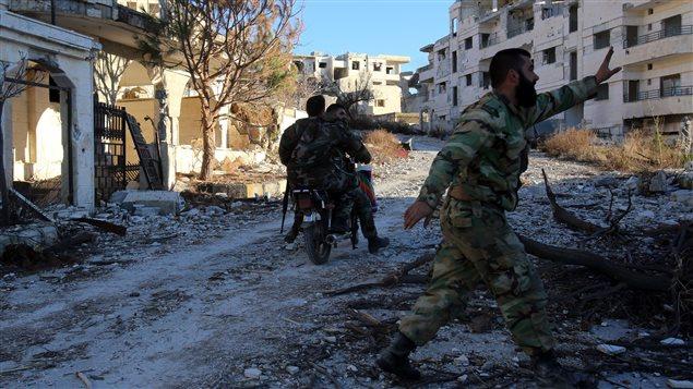 Des soldats des forces progouvernementales parcourent la ville de Salma, dans la province de Lattaquié, qu'ils viennent de prendre aux mains des rebelles. (15 janvier 2016)