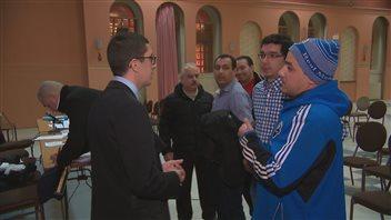 Des chauffeurs de taxi posent des questions à Hicham Berouel, porte-parole du mouvement «La révolte des taxis contre l'injustice».