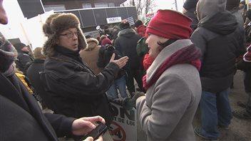 Un manifestant explique son point de vue à la députée Véronyque Tremblay.