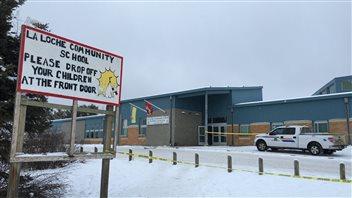 L'école La Loche Community School, entourée de ruban policier