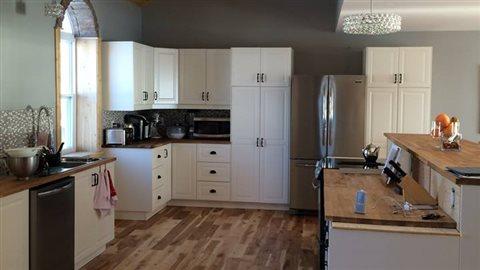 Vue sur la cuisine, avec un mezzanine tout en haut.