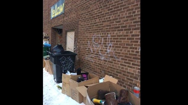 Des bottes lacérées et jetées aux poubelles derrière un magasin Yellow