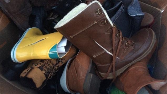 Des bottes lacérées et jetées aux poubelles derrière un magasin Yellow.