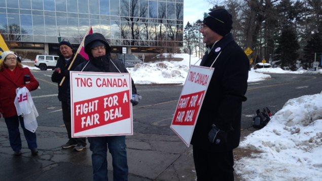 Des syndiqués du quotidien Chronicle Herald lors d'une manifestation à Halifax, lundi
