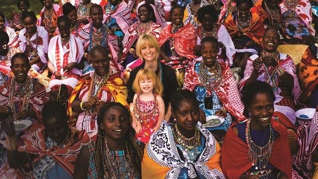 Roxanne Joyal, et sa fille Lily-Rose, avec les femmes du Kenya