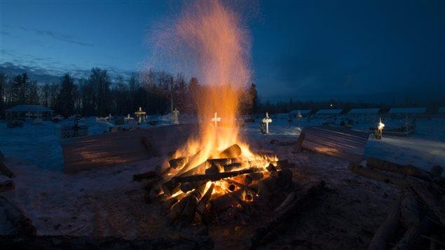 Le brasier dans un cimetière de La Loche pour dégeler la terre avant l'enterrement