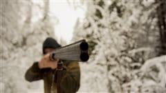 Un chasseur avec son arme à l'épaule