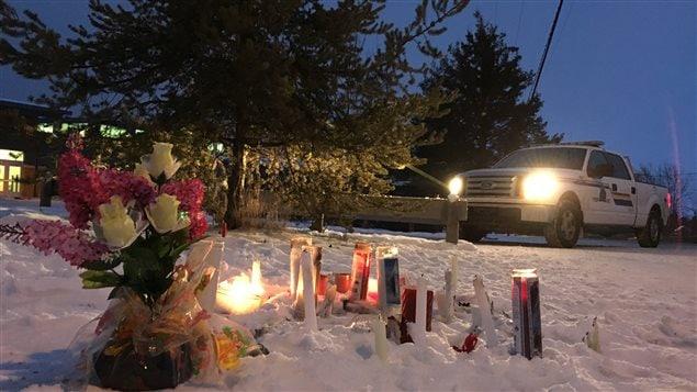 Des chandelles dans la communauté de La Loche après la fusillade vendredi dernier
