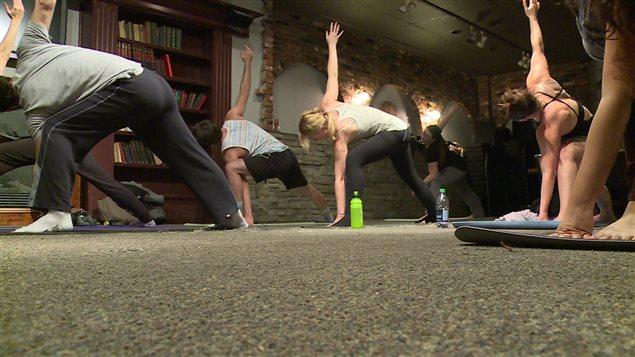 Des participants à une séance de yoga enragé à Calgary.