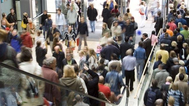 Une foule dans un centre d'achat