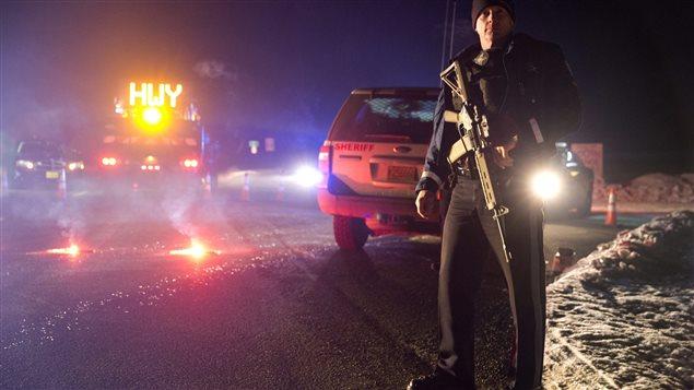Un policier se tient devant un barrage routier, lors de l'opération policière contre la milice armée près de Burns. en Oregon.