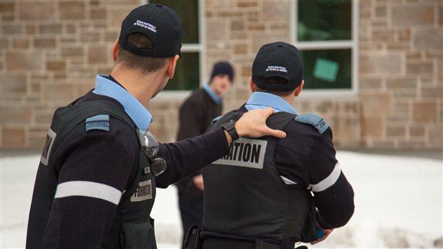 Des aspirants policiers en intervention simulée auprès d'une personne aux prises avec des problèmes de schizophrénie.