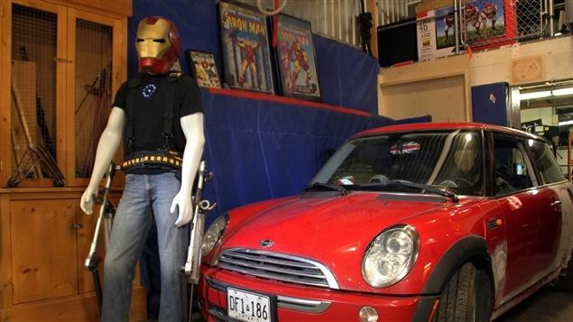 L'invention de James Hobson et la voiture qu'il compte soulever avec cet exosquelette.