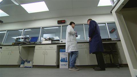 John Brennan et Meng Liu du Biointerfaces Institute.