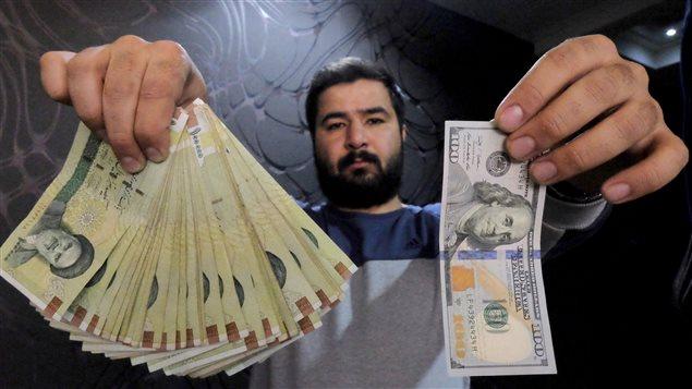 Un changeur d'argent à Téhéran montre des rials et leur équivalent en dollars.