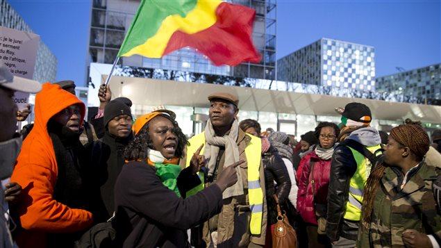 Des partisans de Laurent Gbagbo sont rassemblés devant la CPI à La Haye, aux Pays-Bas, à l'ouverture de son procès.