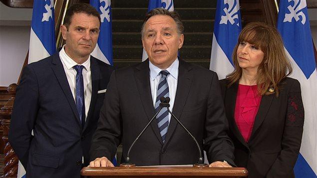François Legault, en conférence de presse avec François Bonnardel et Nathalie Roy.