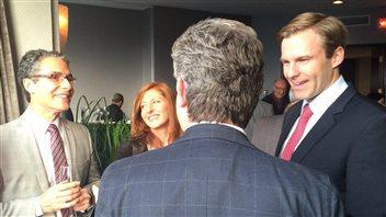 On voit certains des invités de cette réception sur des photos publiées dans la page Facebook du premier ministre Gallant.