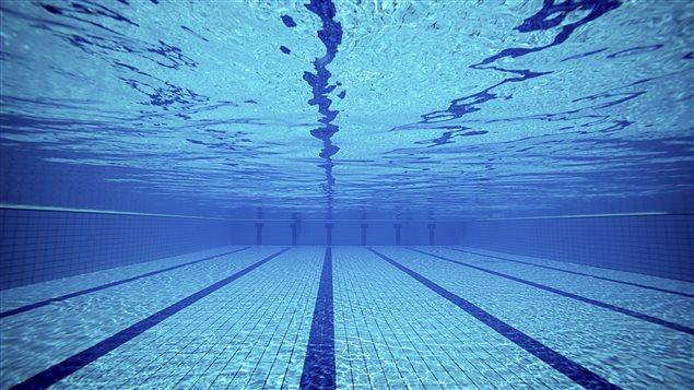 Photo sous-marine d'une piscine.