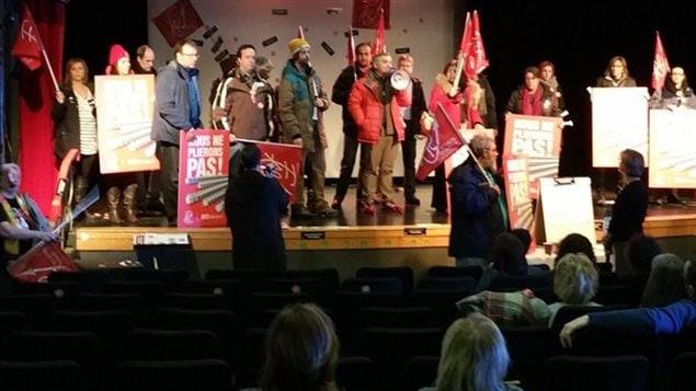 Des membres de la Fédération autonome de l'enseignement perturbent un colloque de l'Association des directions d'établissements de l'Île-Jésus, le 29 janvier 2016, à l'École Leblanc à Laval.