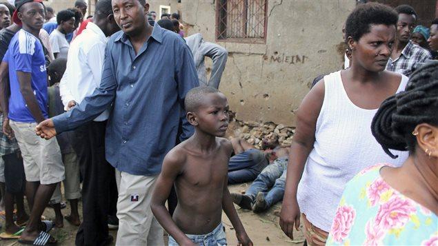 Sur cette photo datant du 9 décembre 2015, un jeune garçon se joint à d'autres dans une rue de Bujumbura où cinq personnes ont été trouvées mortes.