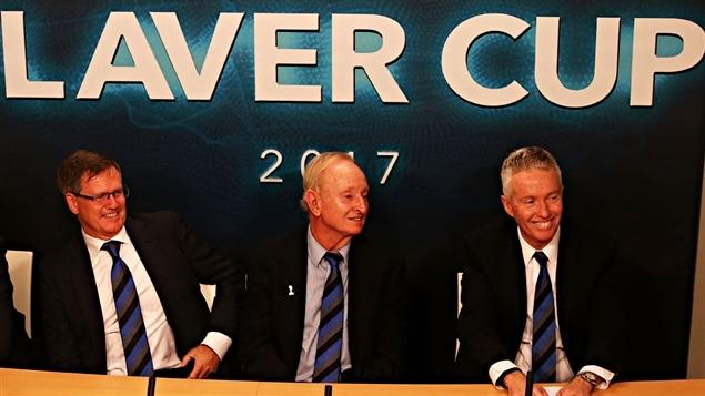Rod Laver à la présentation de la Coupe Rod Laver, entouré du président et du directeur général de Tennis Australie