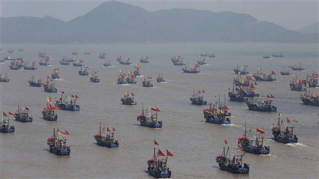 Des milliers de bateaux de pêche partent en mer le 16 septembre 2015 à Ningbo, en Chine, après un moratoire de trois mois et demi dans la mer de Chine orientale.