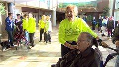 Beryl Tell participe à la Marche pour l'Alzheimer à Regina.