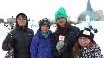 Paula Lund (avec le micro) a fait le voyage depuis le Minnesota pour voir les sculptures de glace.