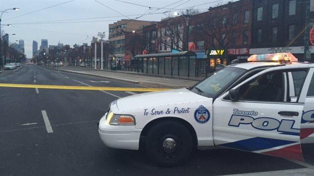 La police a bouclé le quartier le temps d'enquêter sur la fusillade mortelle.